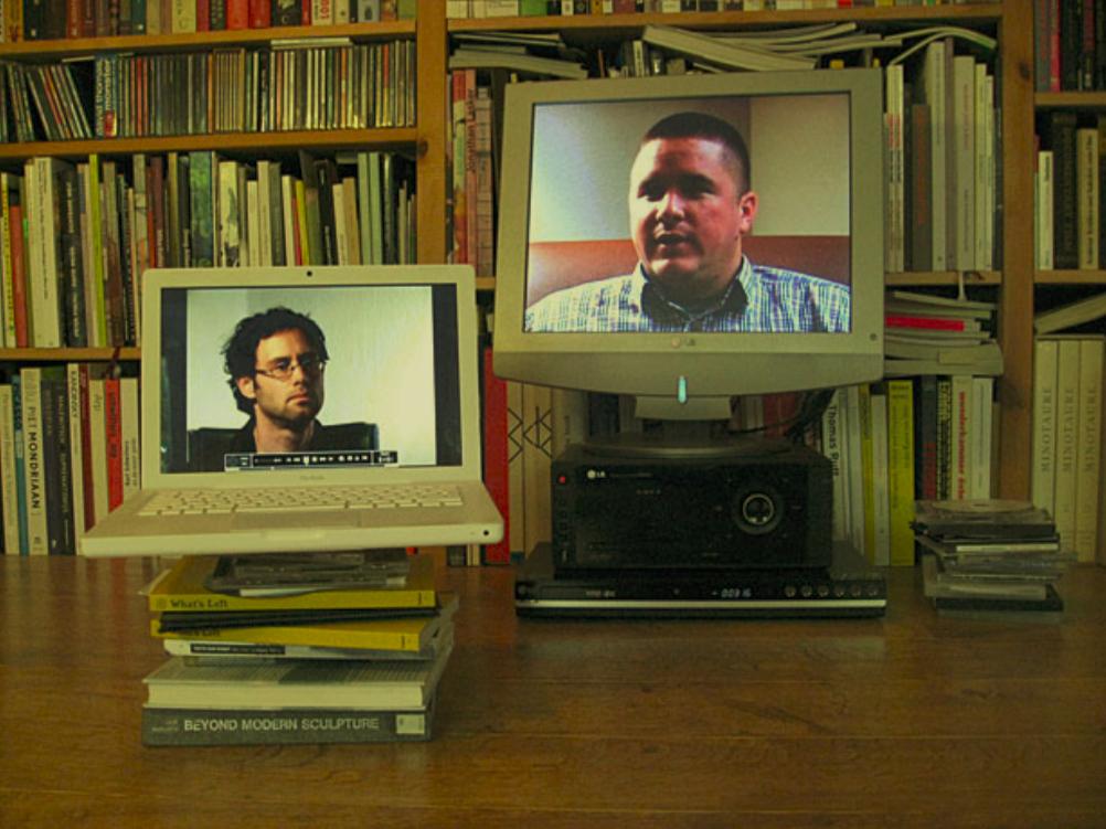 오머 파스트(Omer Fast), , 2007, 2채널 견본 셋업 방식. 오리지널 작업은 4채널 비디오 설치, 컬러, 사운드; 14분. 저자와 작가의 허가를 받아 수록.