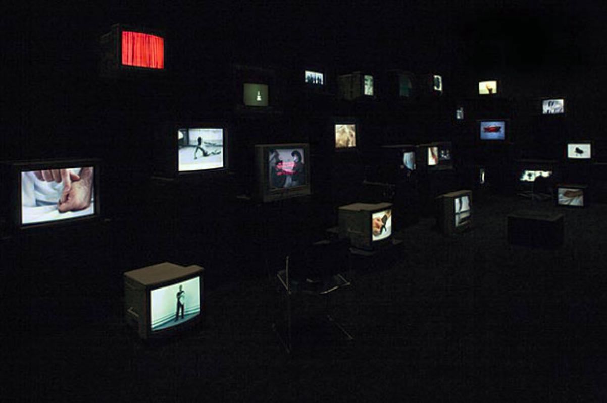 더글라스 고든(Douglas Gordon), 1992-현재; 비디오 설치; 다채널 비디오 설치, 모니터, 가변크기. 가고시안 갤러리 제공 이미지.