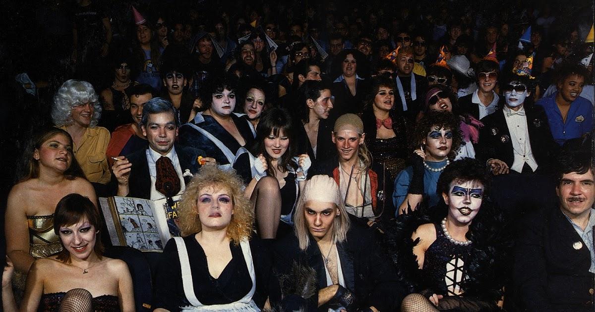 의 상영회에 참석한 관객들. 관객들이 영화를 볼 때 배우들의 옷차림과 대사, 노래를 따라하는 독특한 관람 문화가 있다.(역자 주)