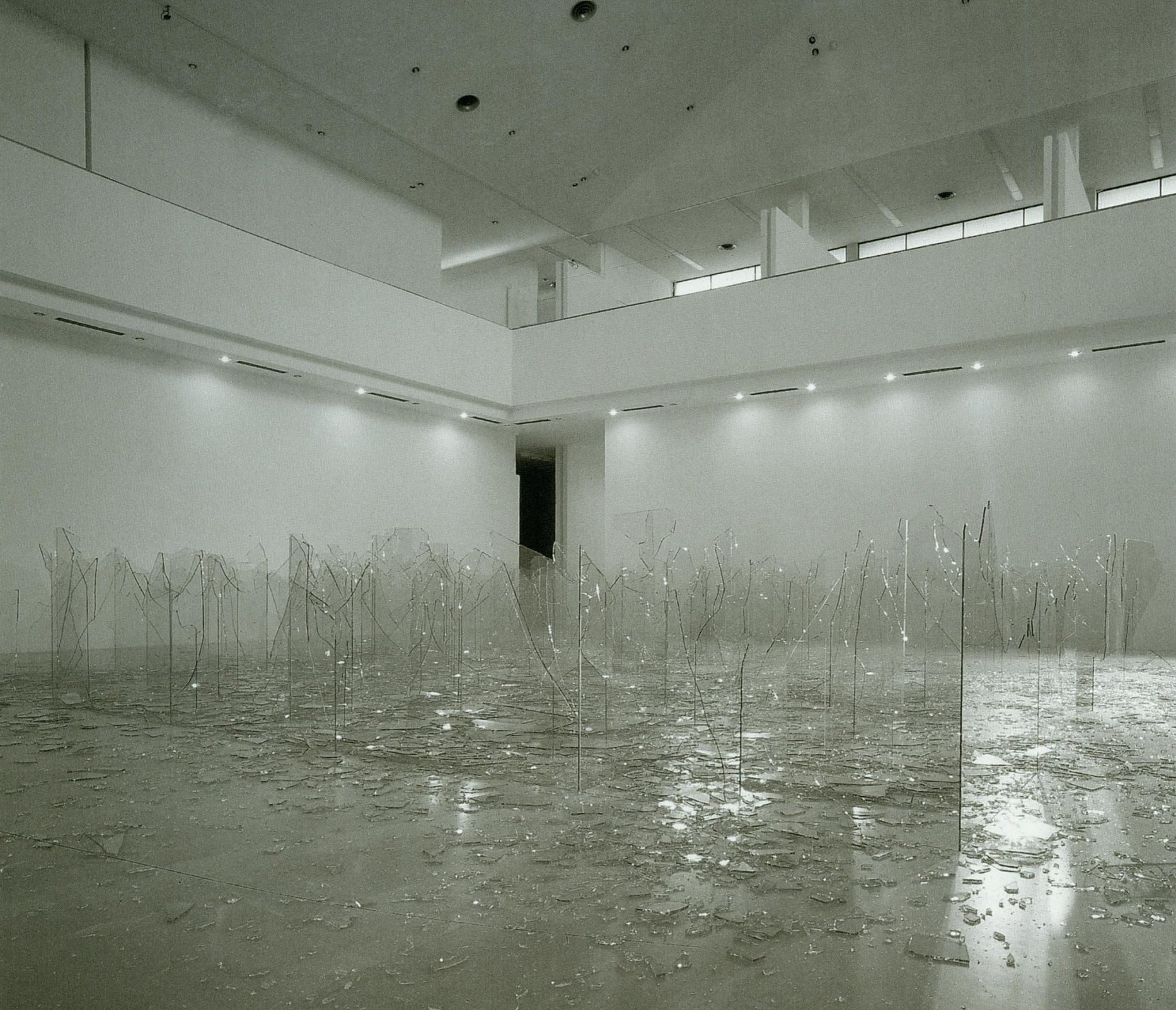 클라우디오 파르미지아니(Claudio Parmiggiani), , 2003, 설치작업, 볼로냐 현대미술관