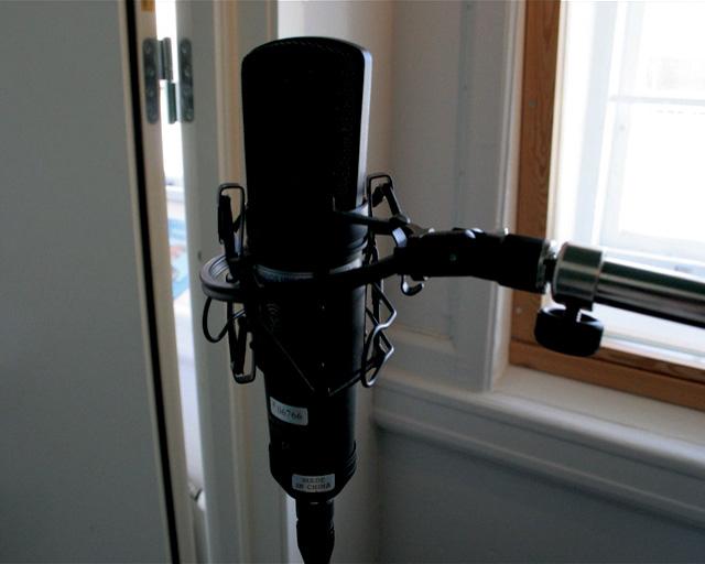 말뫼 녹음실의 보이스오버 마이크. 재커리 폼왈트의 2005년 텔레비전 프로그램,  의 비디오 스틸.