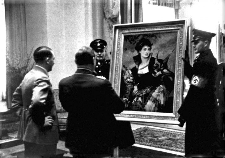 아돌프 히틀러(Adolf Hitler)가 헤르만 괴링(Hermann Goering)에게 한스 마카르트(Hans Makart)의 〈매와 여인 Lady with a Falcon〉(c. 1880)을 보여주는 사진.